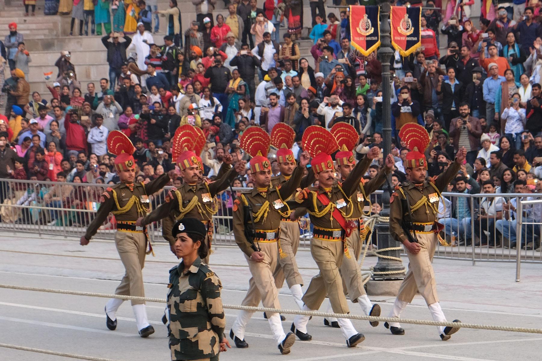 Indische Soldaten marschieren während der Grenzschließungszeremonie an der Wagah Border.