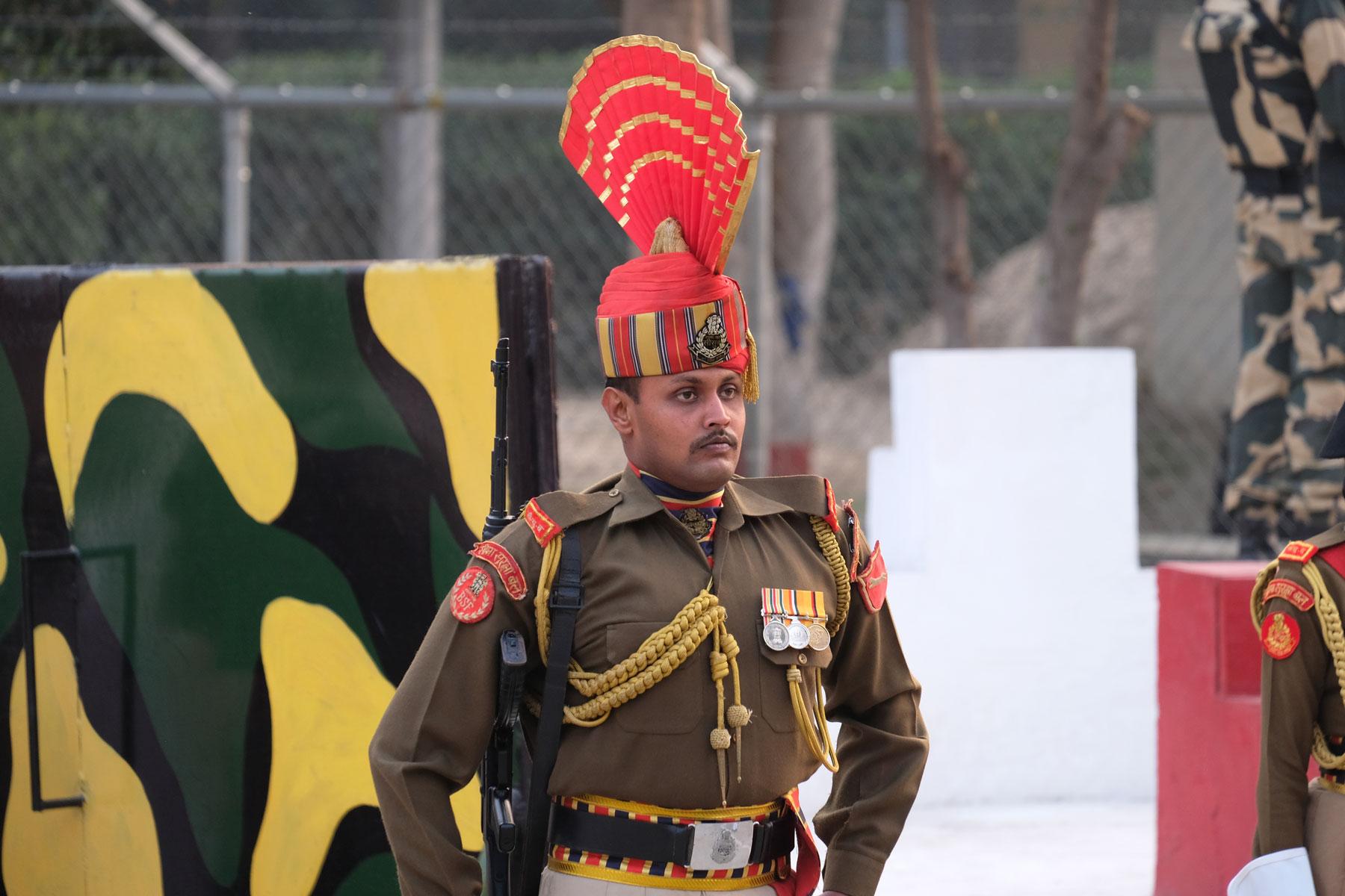 Ein indischer Soldat in prunkvoller Uniform.