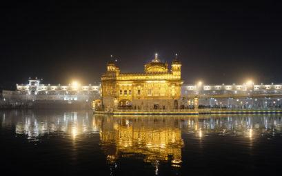 Der Goldene Sikh-Tempel in Amritsar bei Nacht.
