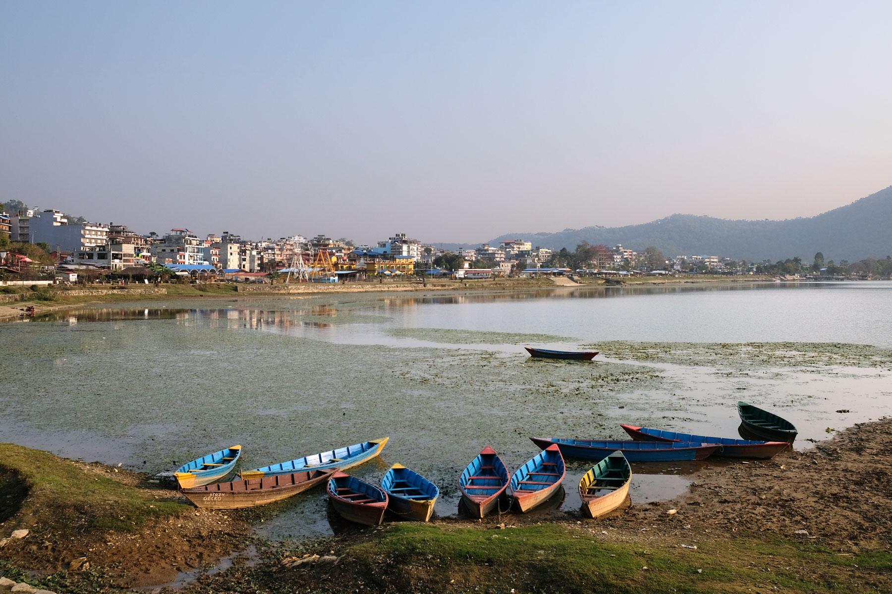 Boote am Ufer des Fewa-Sees in Pokhara.