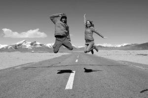 Sebastian und Leo springen auf dem Friedship Highway in Tibet in die Luft.