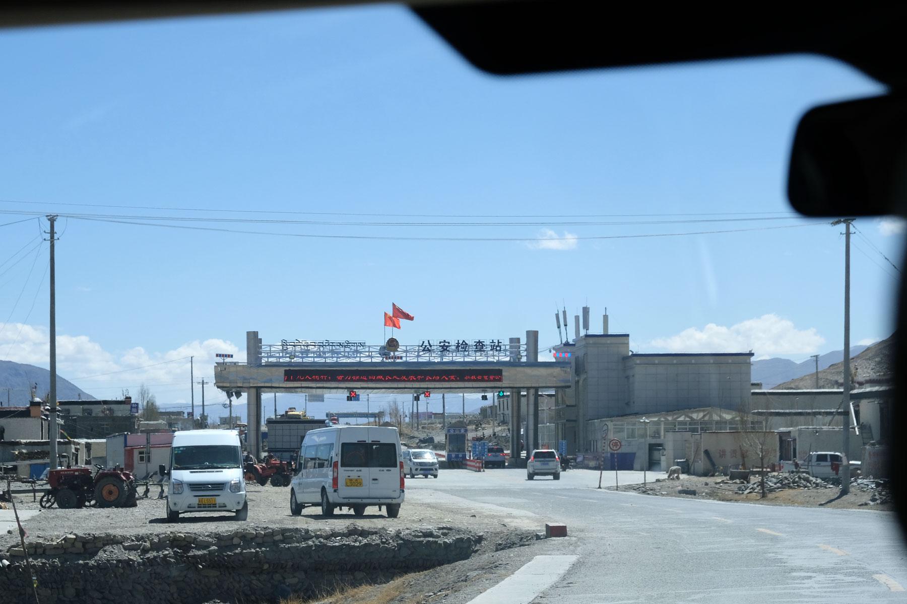 Kontrollposten der chinesischen Polizei in Tibet.