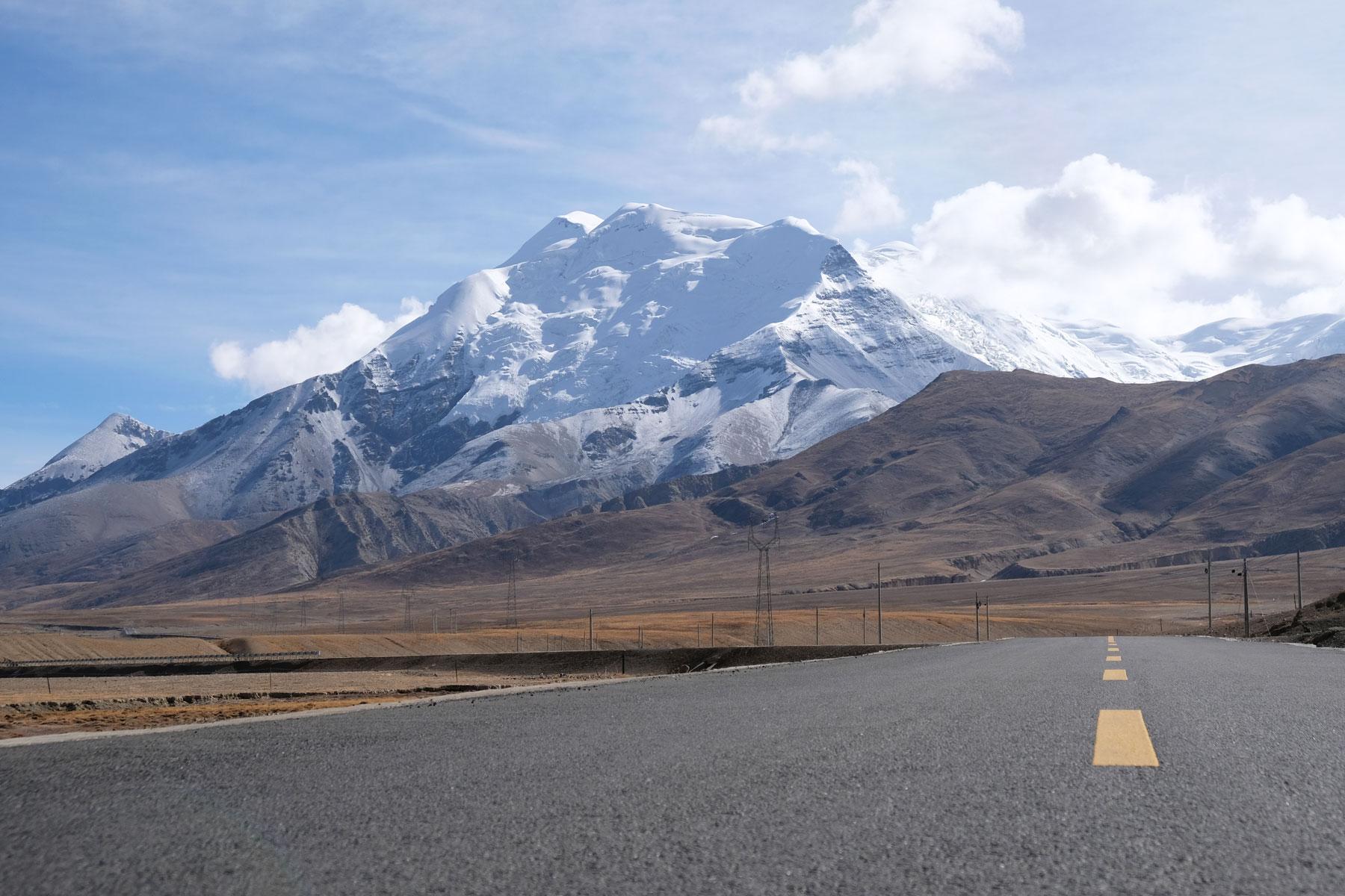 Ein schneebedeckter Berg neben dem Friendship Highway in Tibet.