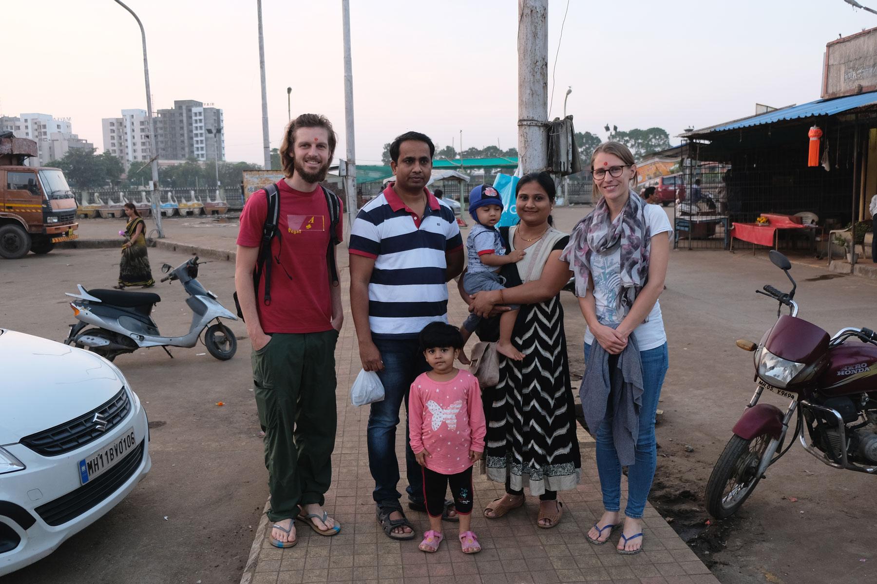 Sebastian und Leo mit einer indischen Familie in Mumbai.