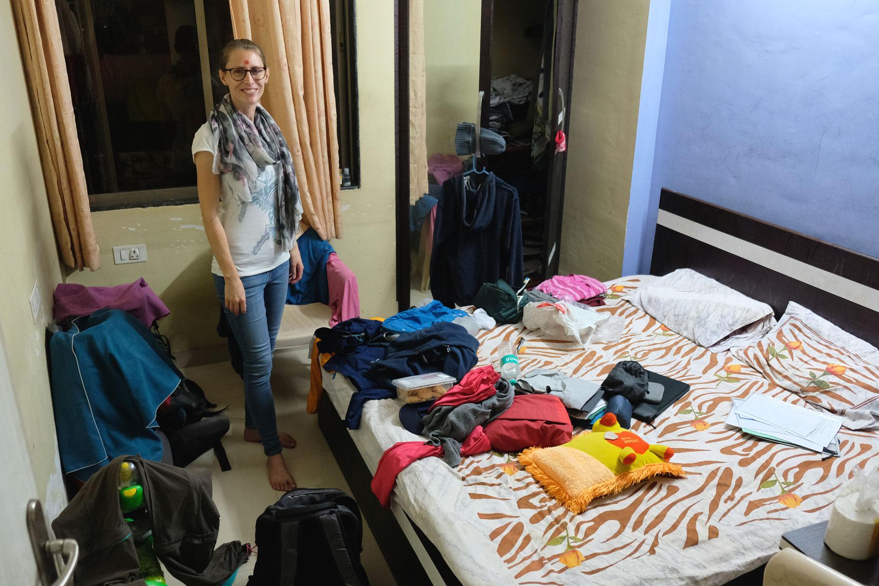Leo in unserem Schlafzimmer beim Couchsurfing in Mumbai.