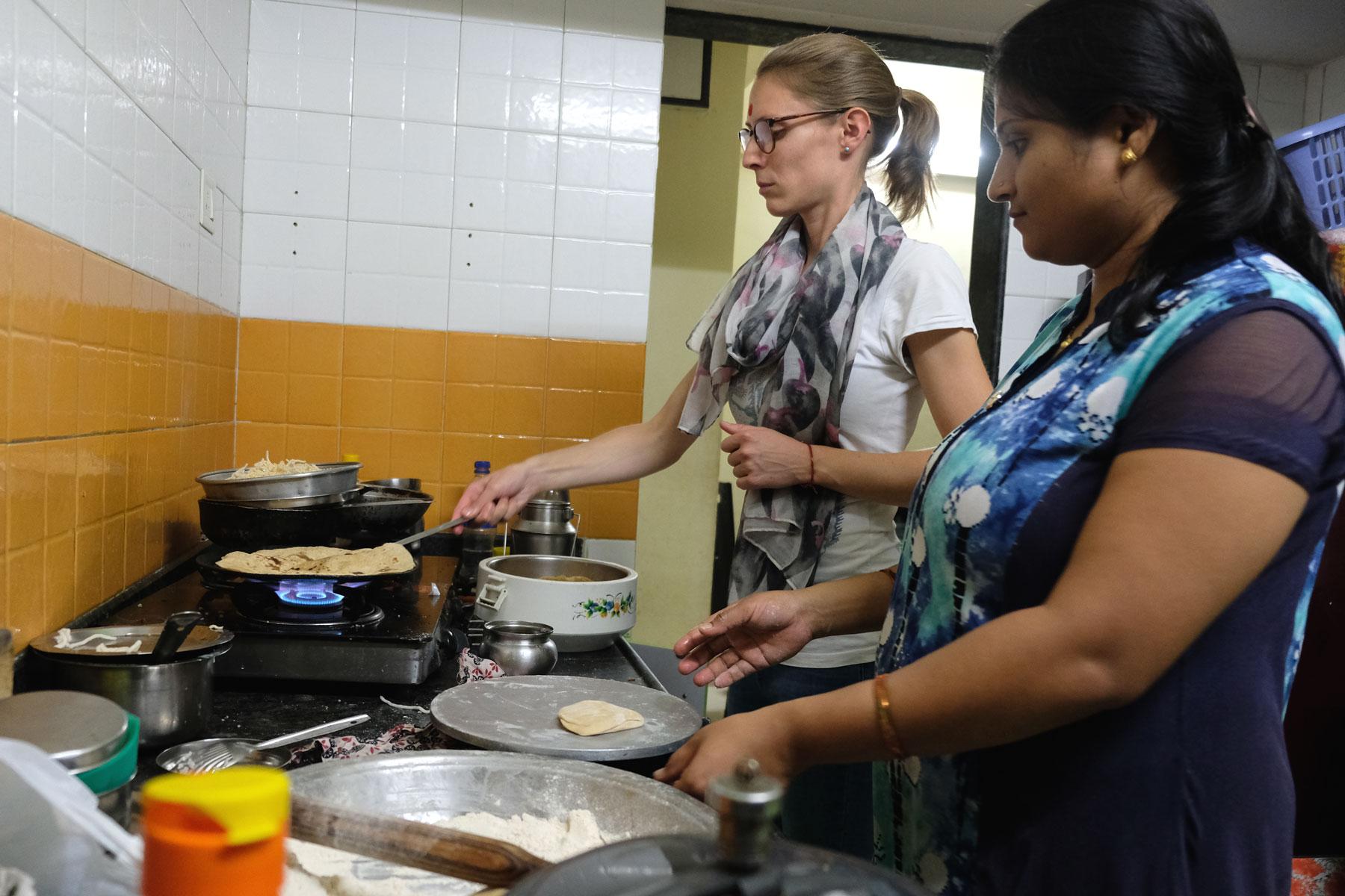 Leo und Mona backen in einer Küche Chapati.