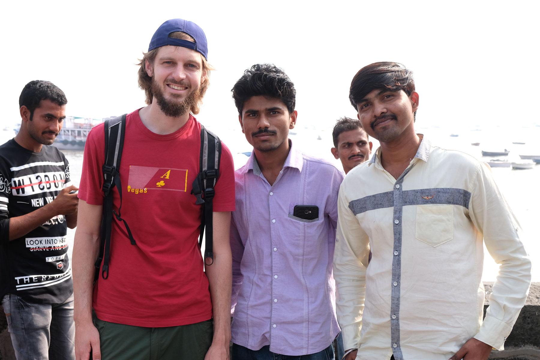 Sebastian mit zwei indischen Männern in Mumbai.