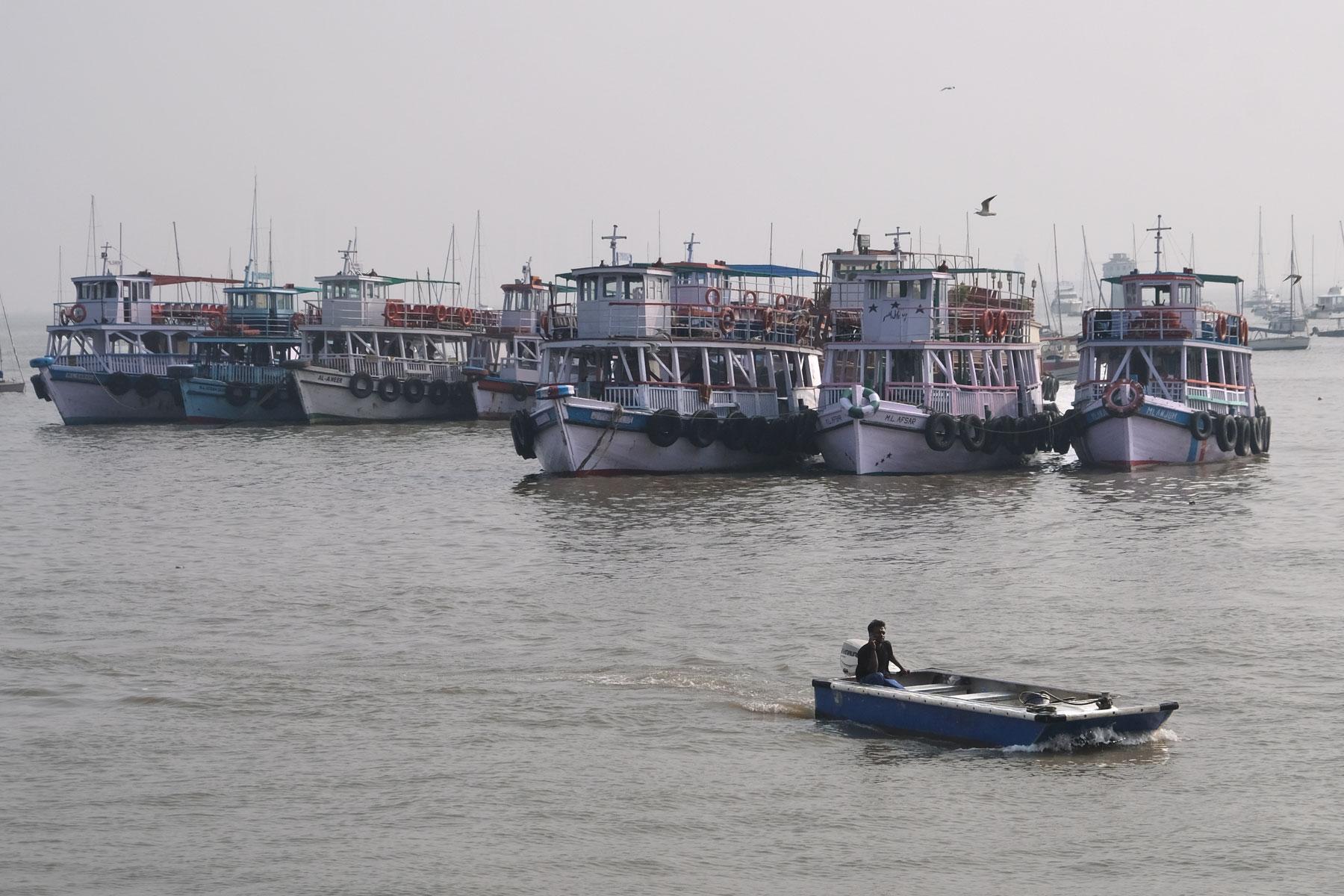 Boote im Hafen von Mumbai.