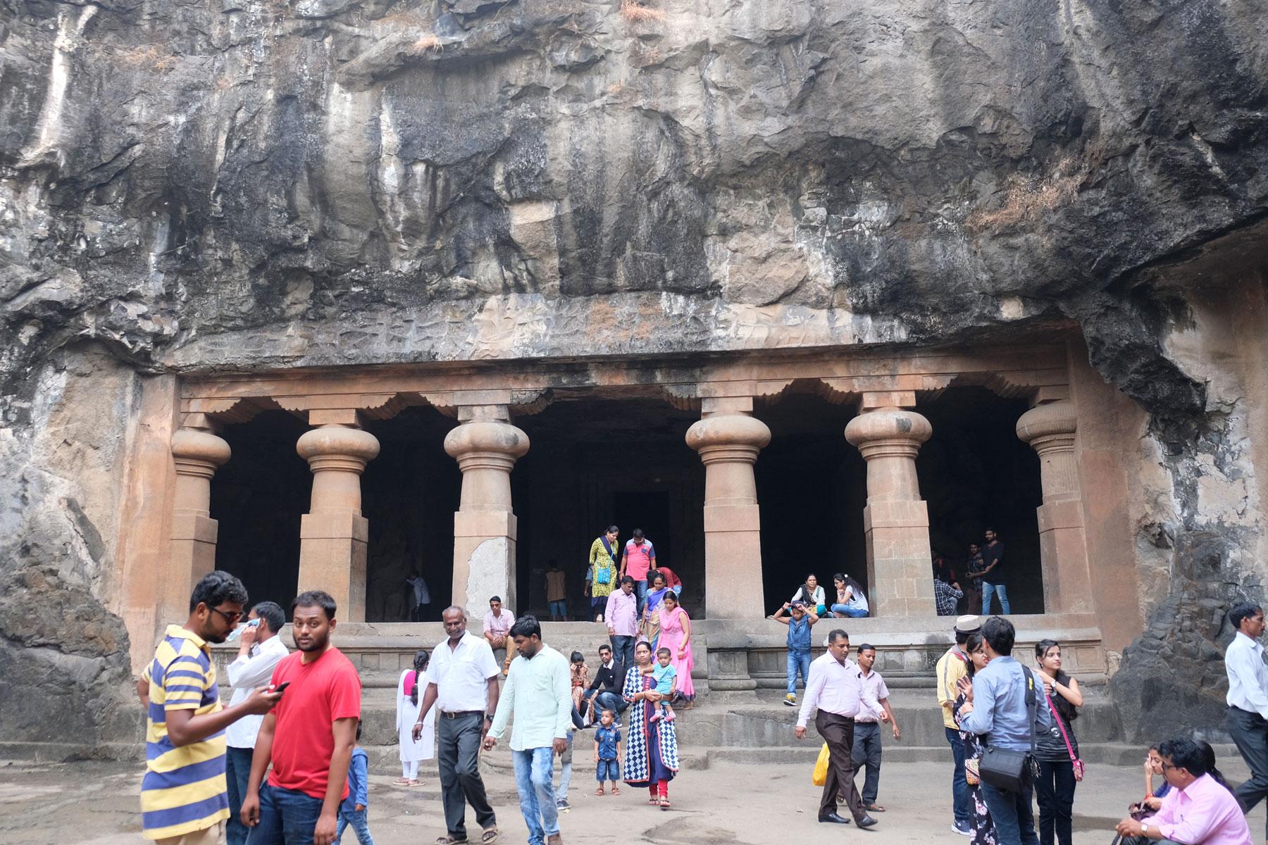 Indische Menschen vor dem Eingang zu den Elephanta Caves.