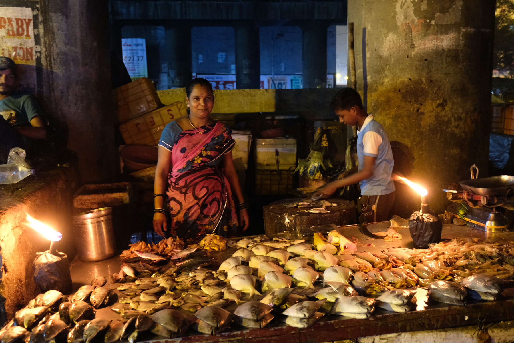 Eine Frau und ein Junge an einem Fischstand in Mumbai.
