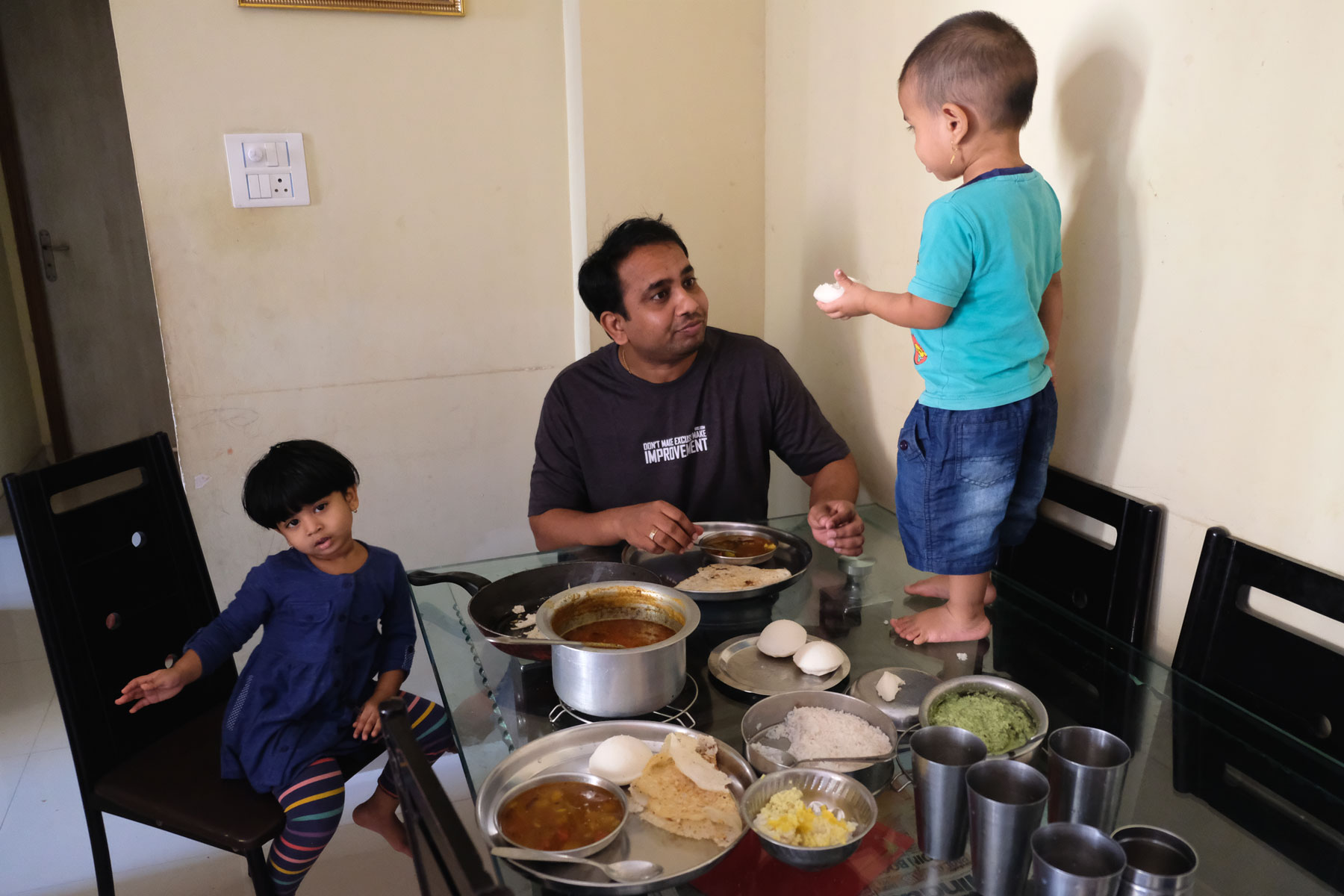 Unser Couchsurfing-Gastgeber Dheeraj und seine Kinder beim Frühstück.