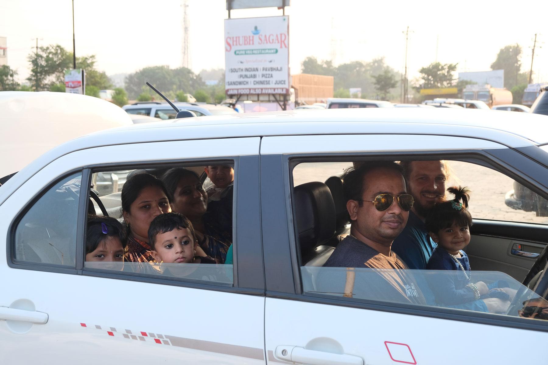 Sebastian und eine indische Familie in einem Auto.