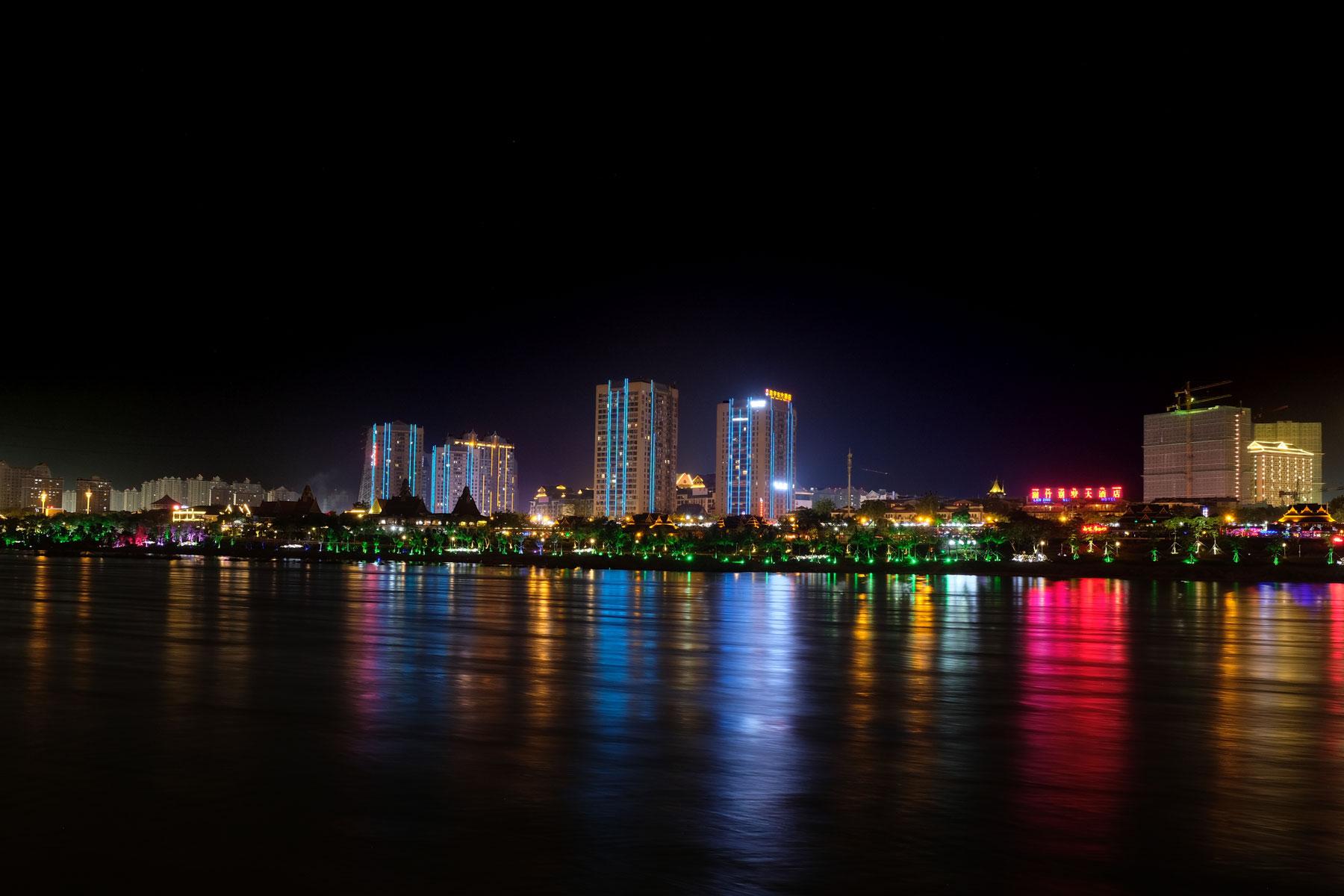 Jinghong und der Mekong bei Nacht.