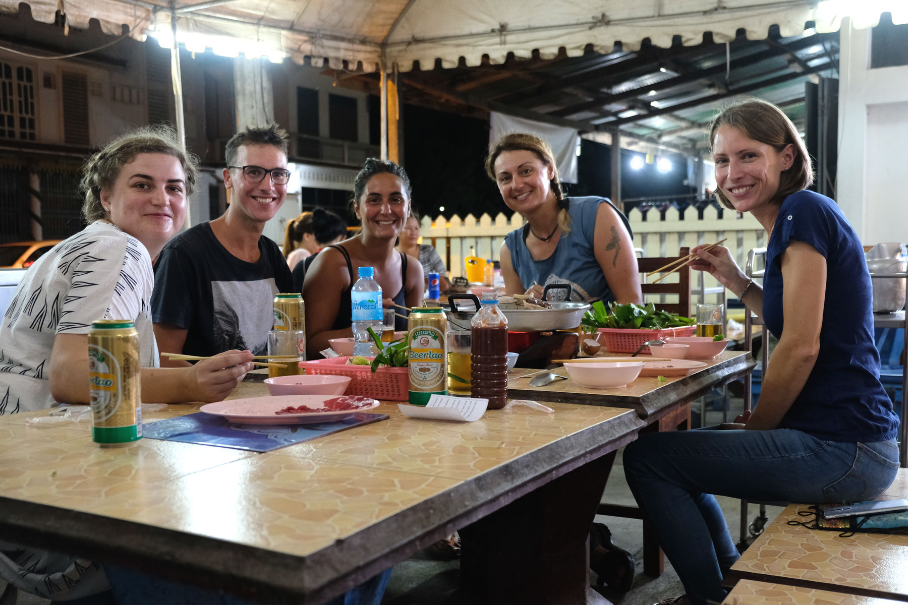 Leo mit Reisebekannten beim Abendessen in Luang Prabang.