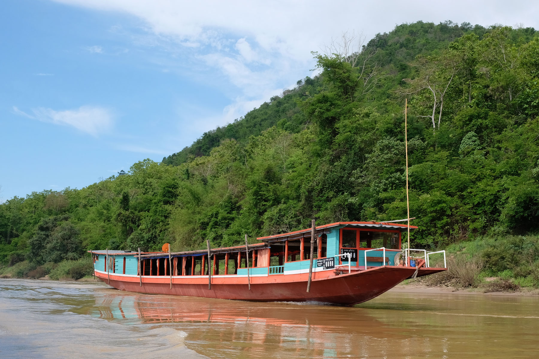 Ein Slow Boat auf dem Mekong in Laos.