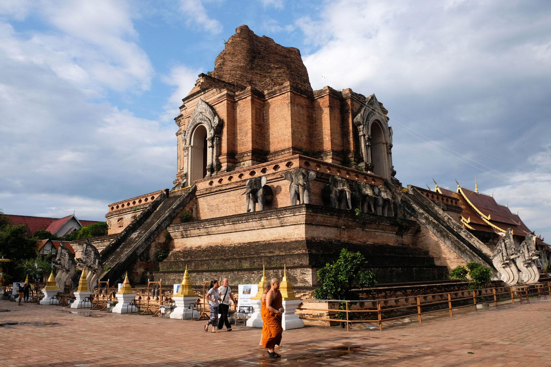 Buddhistische Mönche vor dem Wat Chedi Luang Tempel in Chiang Mai.