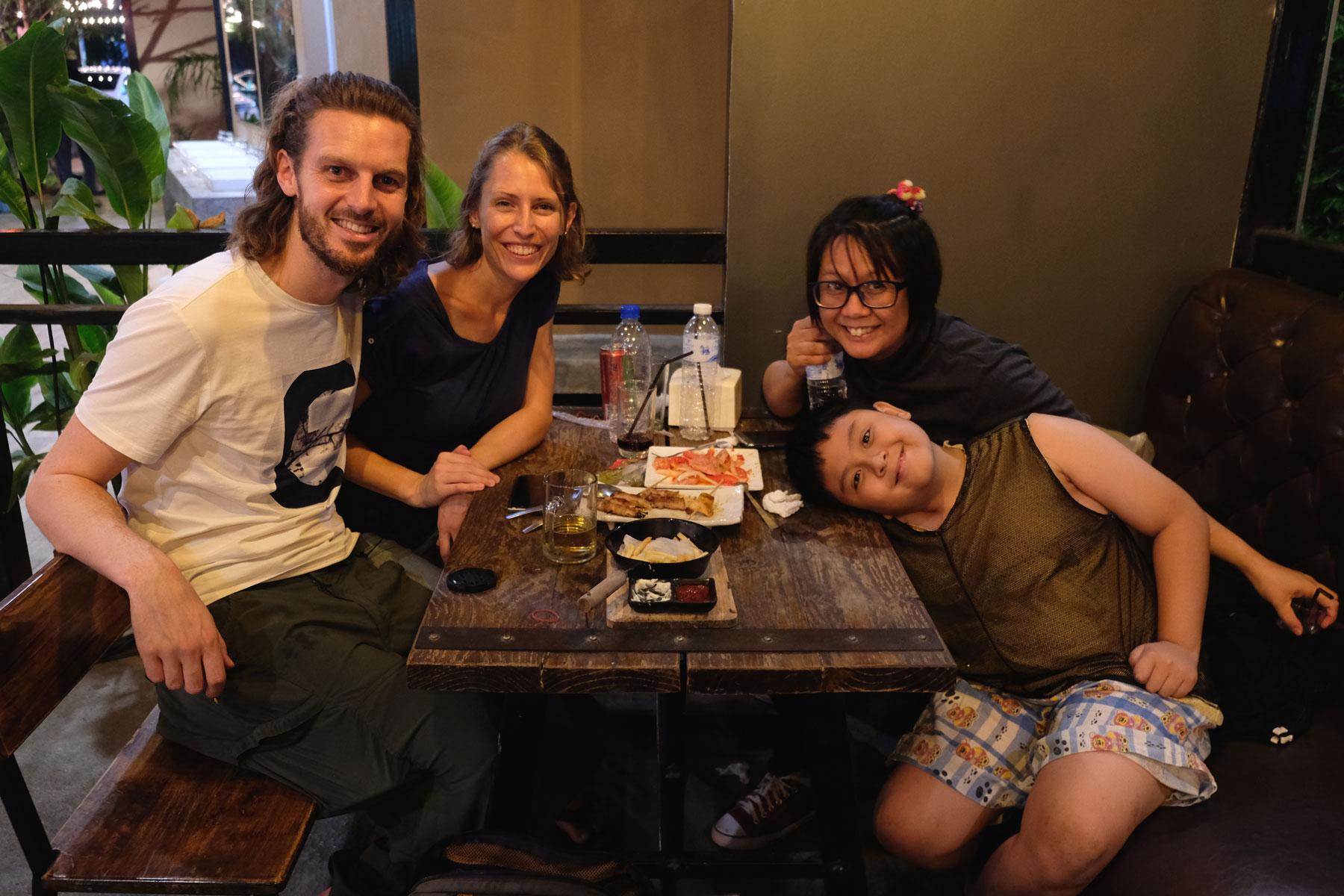 Sebastian und Leo mit ihren Couchsurfing-Gastgebern beim Abendessen in Chiang Mai.