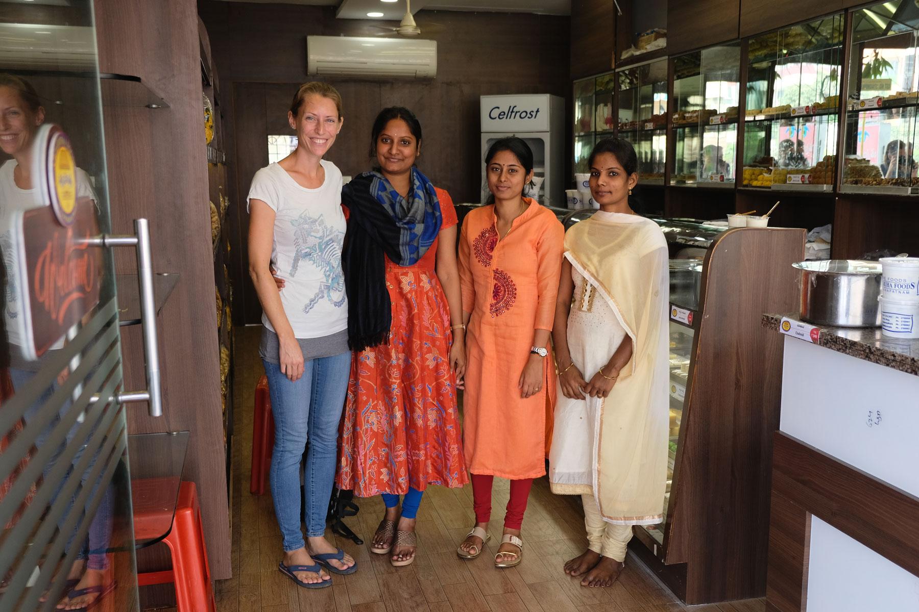 Leo neben drei indischen Frauen in einer Bäckerei in Visakhapatnam.