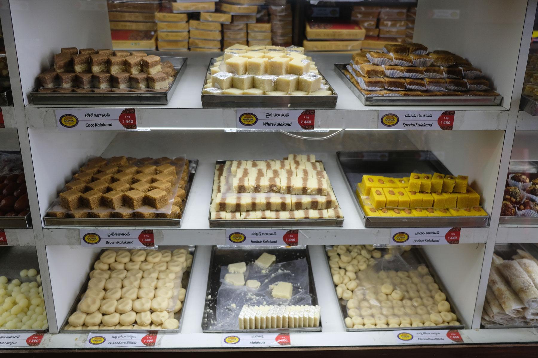 Süßigkeiten in einer Bäckerei in Visakhapatnam.