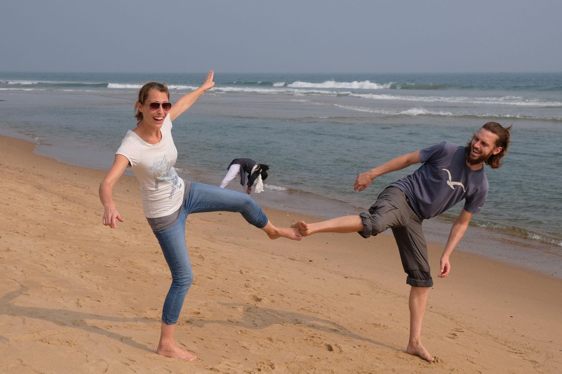 Leo und Sebastian machen am Strand von Visakhapatnam einen Side-Kick.