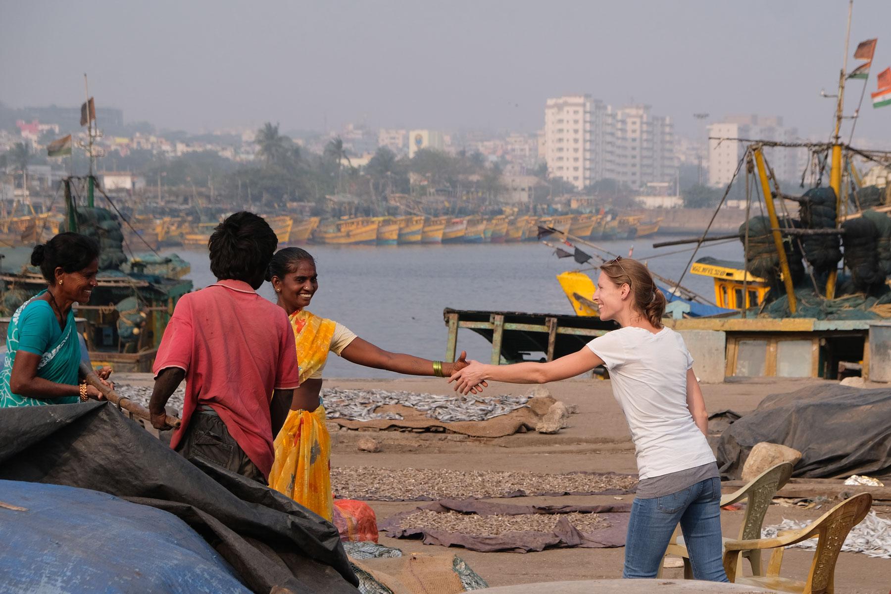 Leo begrüßt eine indische Frau mit Handschlag am Hafen von Visakhapatnam.