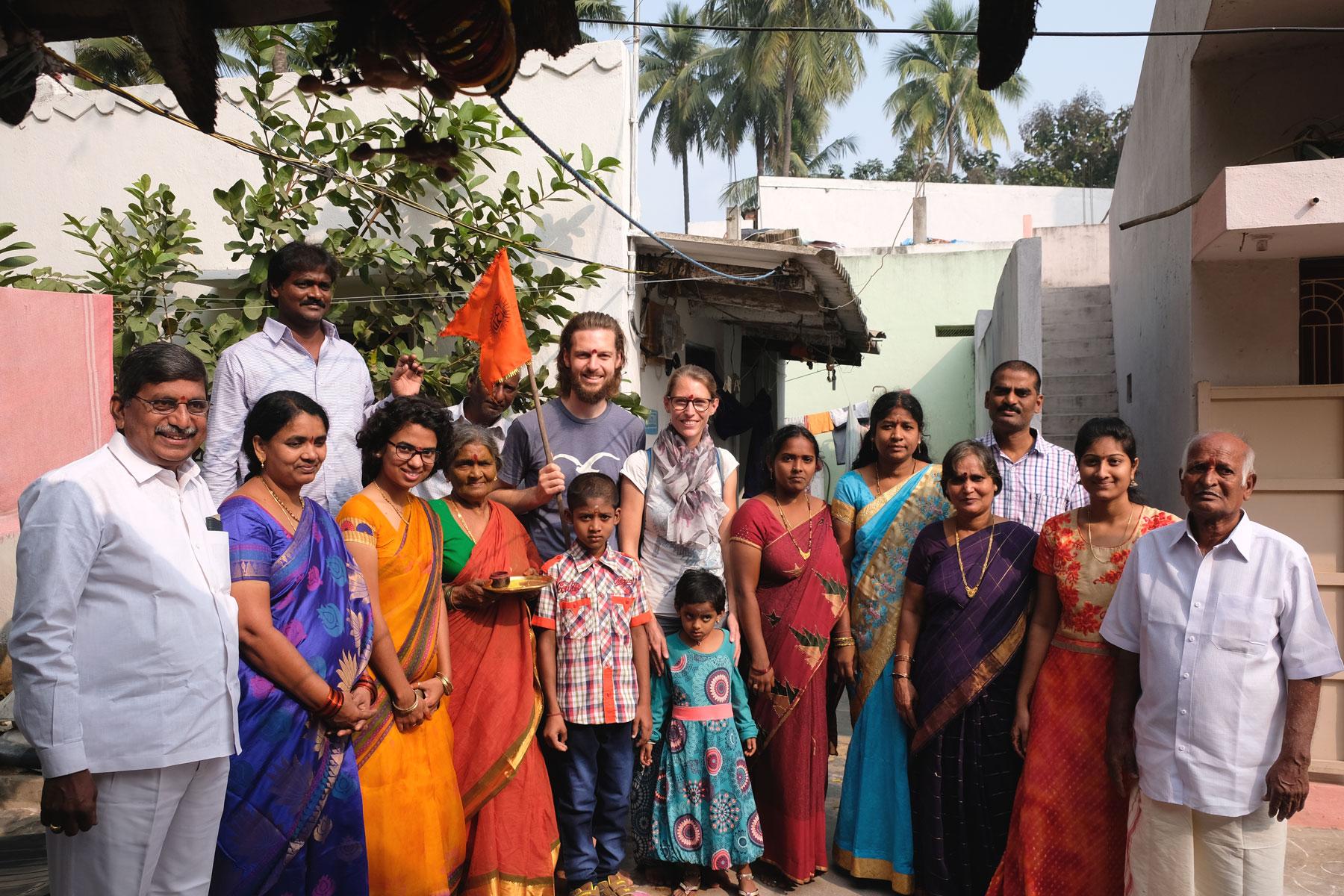 Sebastian und Leo mir einer indischen Großfamilie in Bhimavaram.