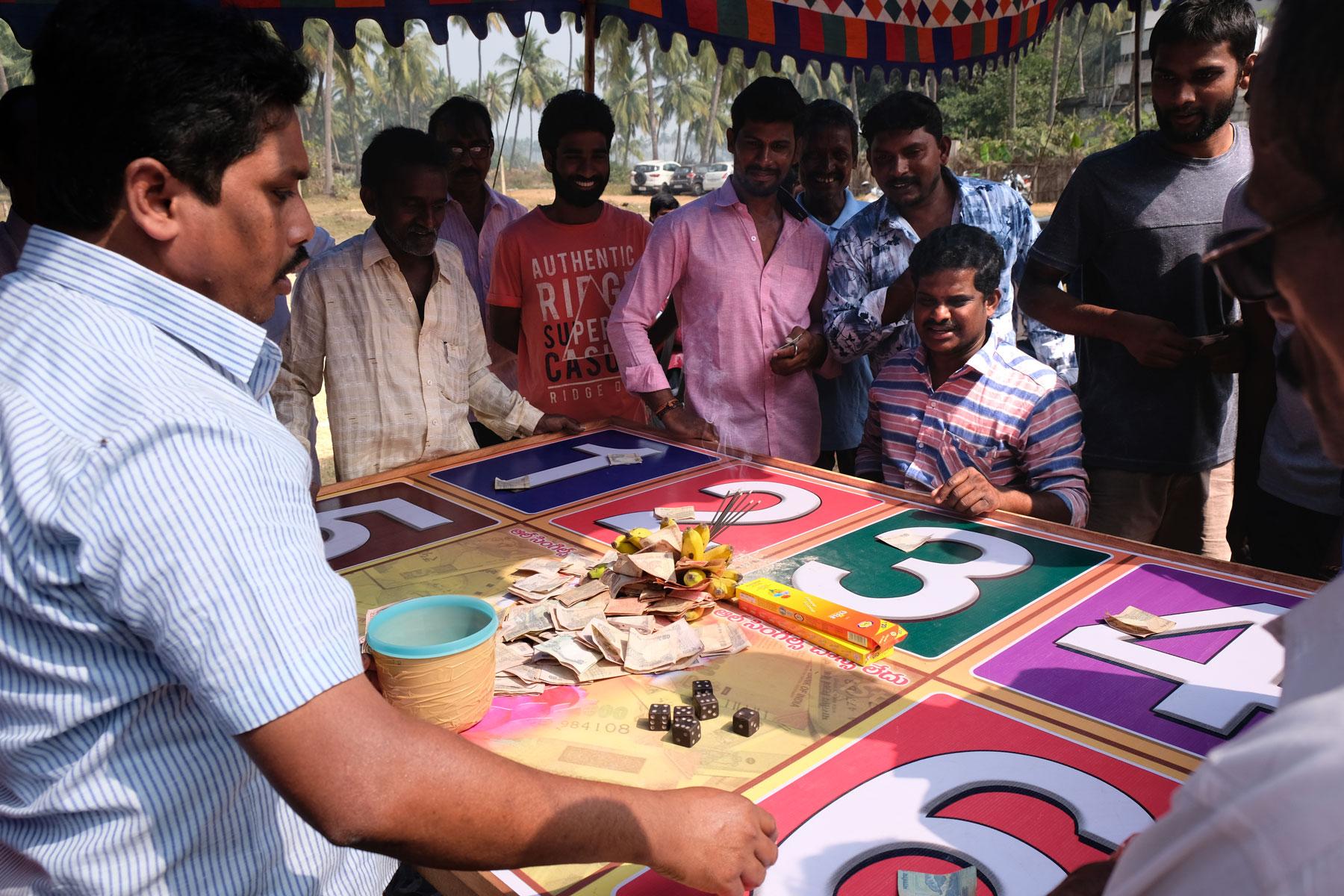 Mensch stehen um ein Glücksspiel beim Sankranthi Festival in Indien.