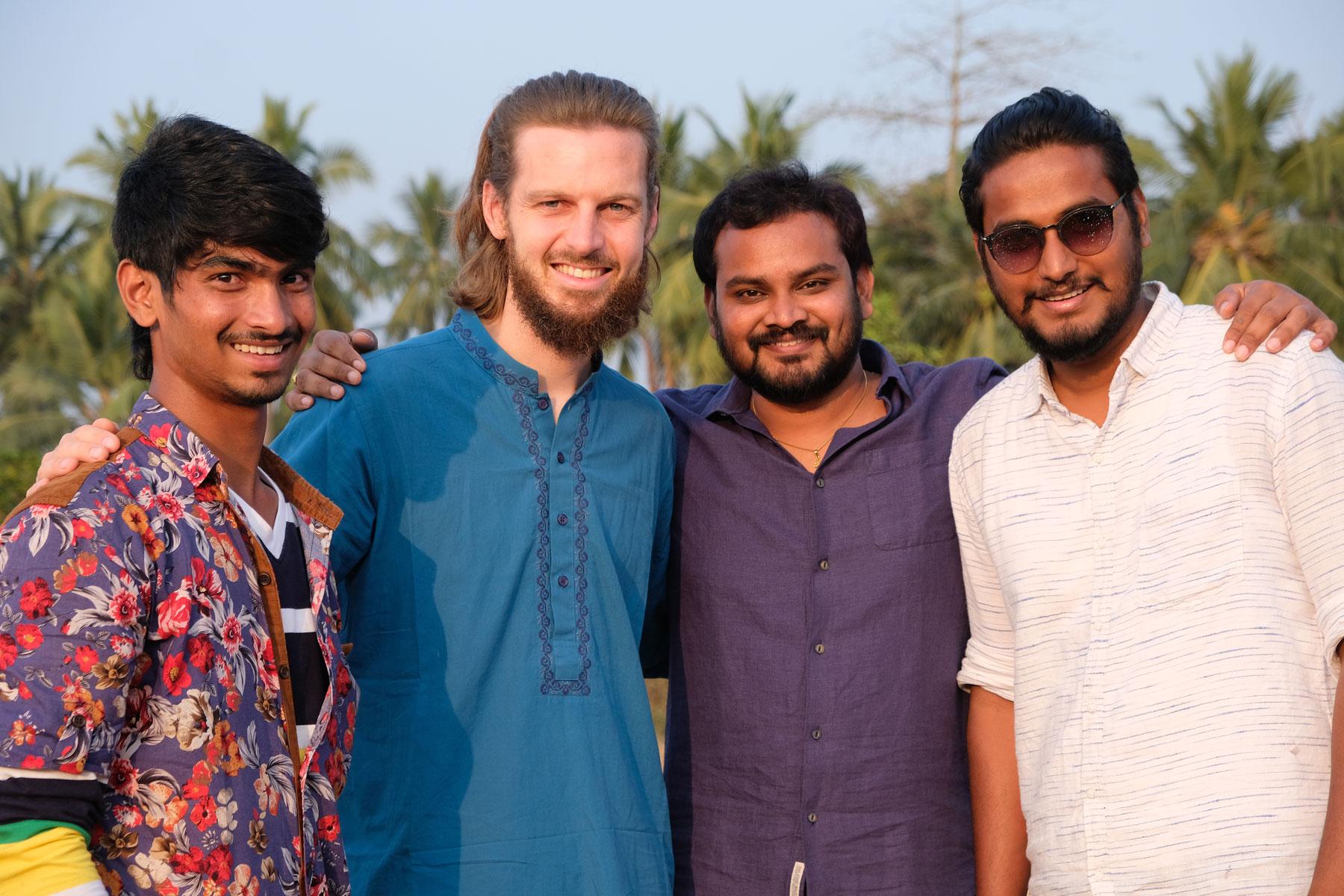 Sebastian mit drei indischen Männern.