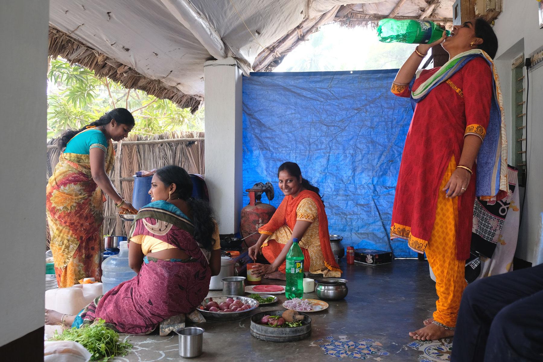 Indische Frauen kochen.
