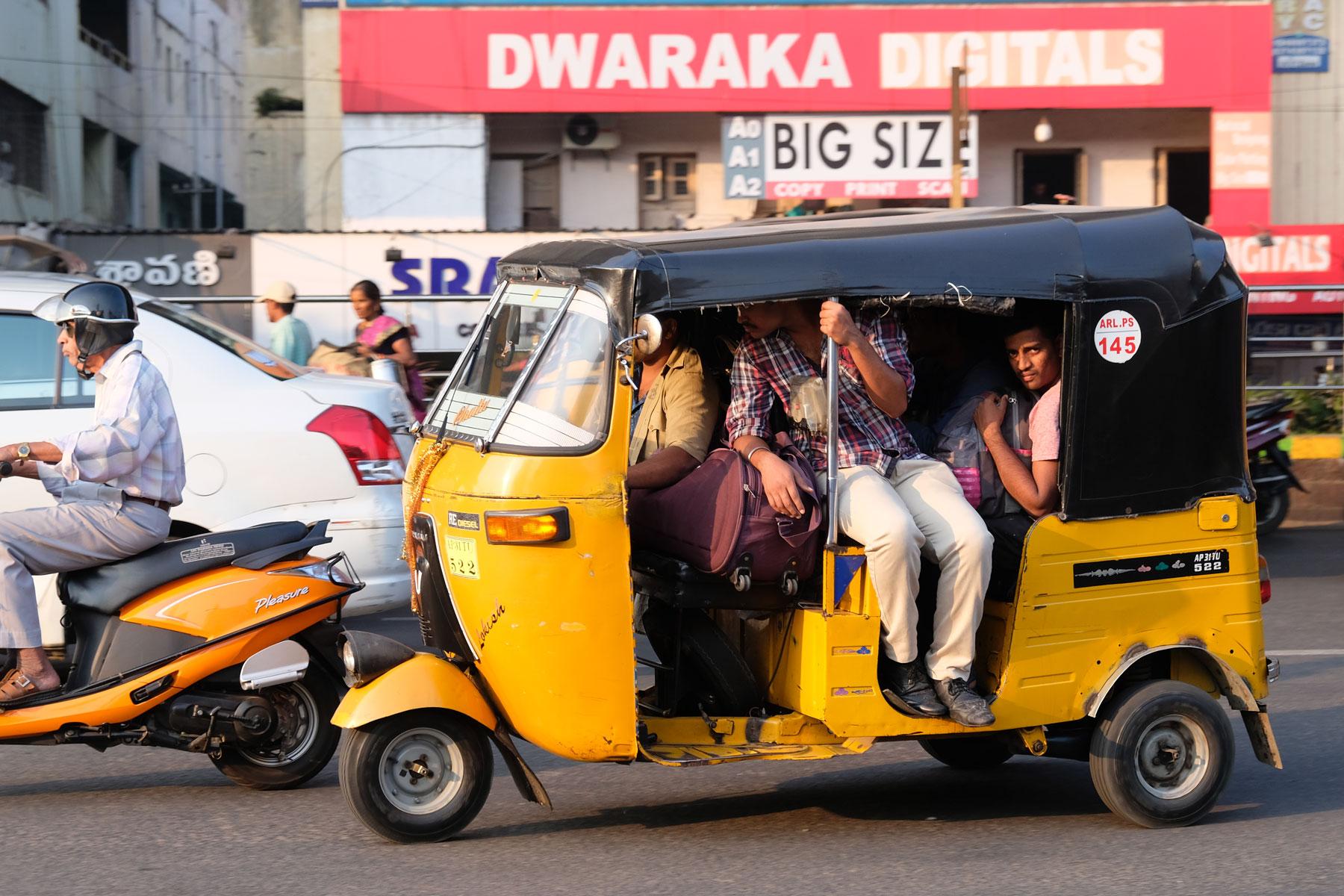 Menschen in einem Tuk Tuk in Visakhapatnam.