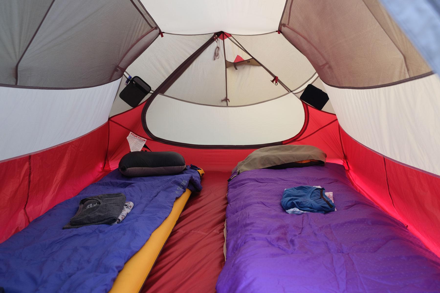 Ein Zelt mit Isomatten und Schlafsäcken.
