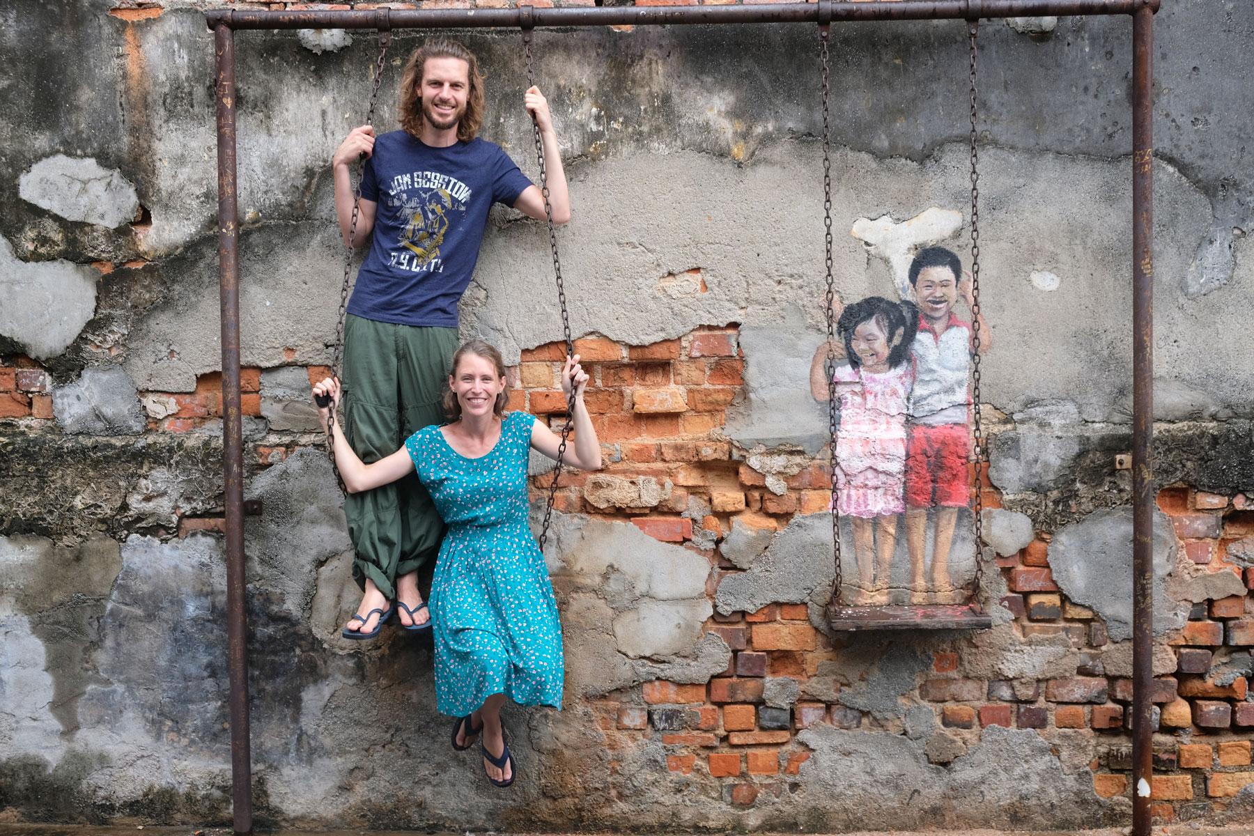 Sebastian und Leo auf einer Schaukel und Street Art in Georgetown.