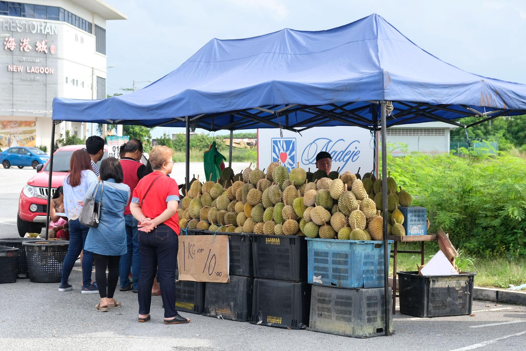 Ein Stand in Malaysia, an dem Durian verkauft wird.