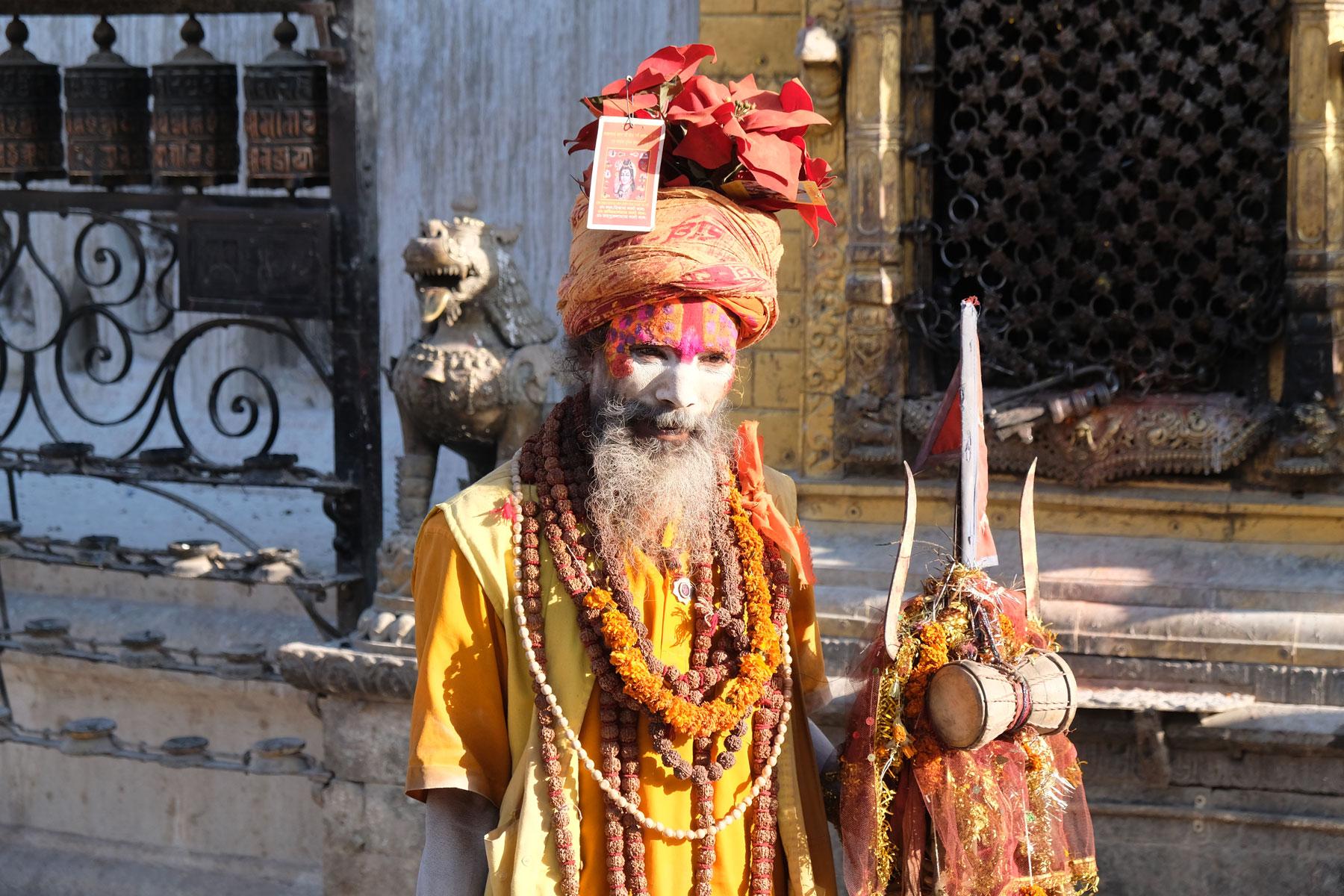 Ein geschminkter Sadhu am Swayambhunath-Tempel.