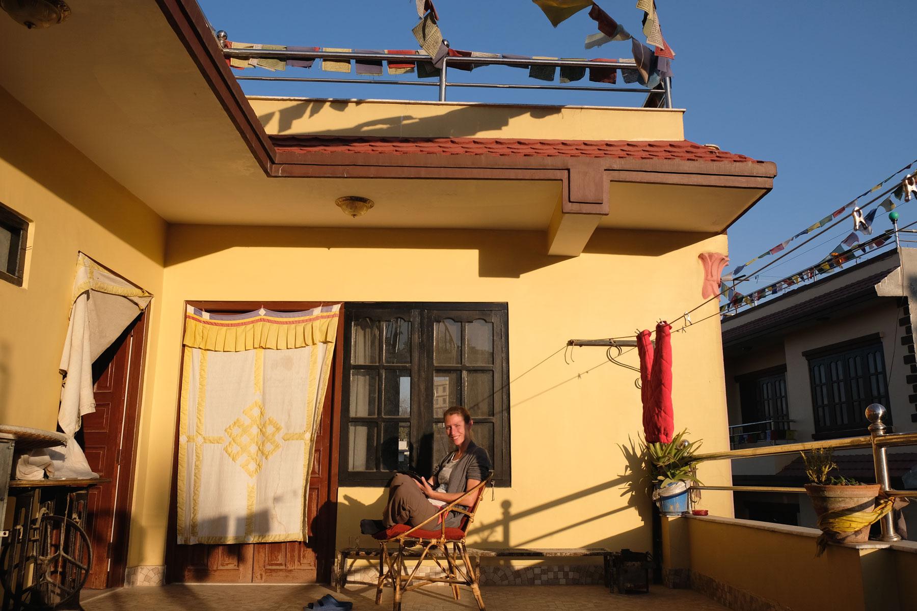 Leo sitzt auf einer Dachterasse in Kathmandu.