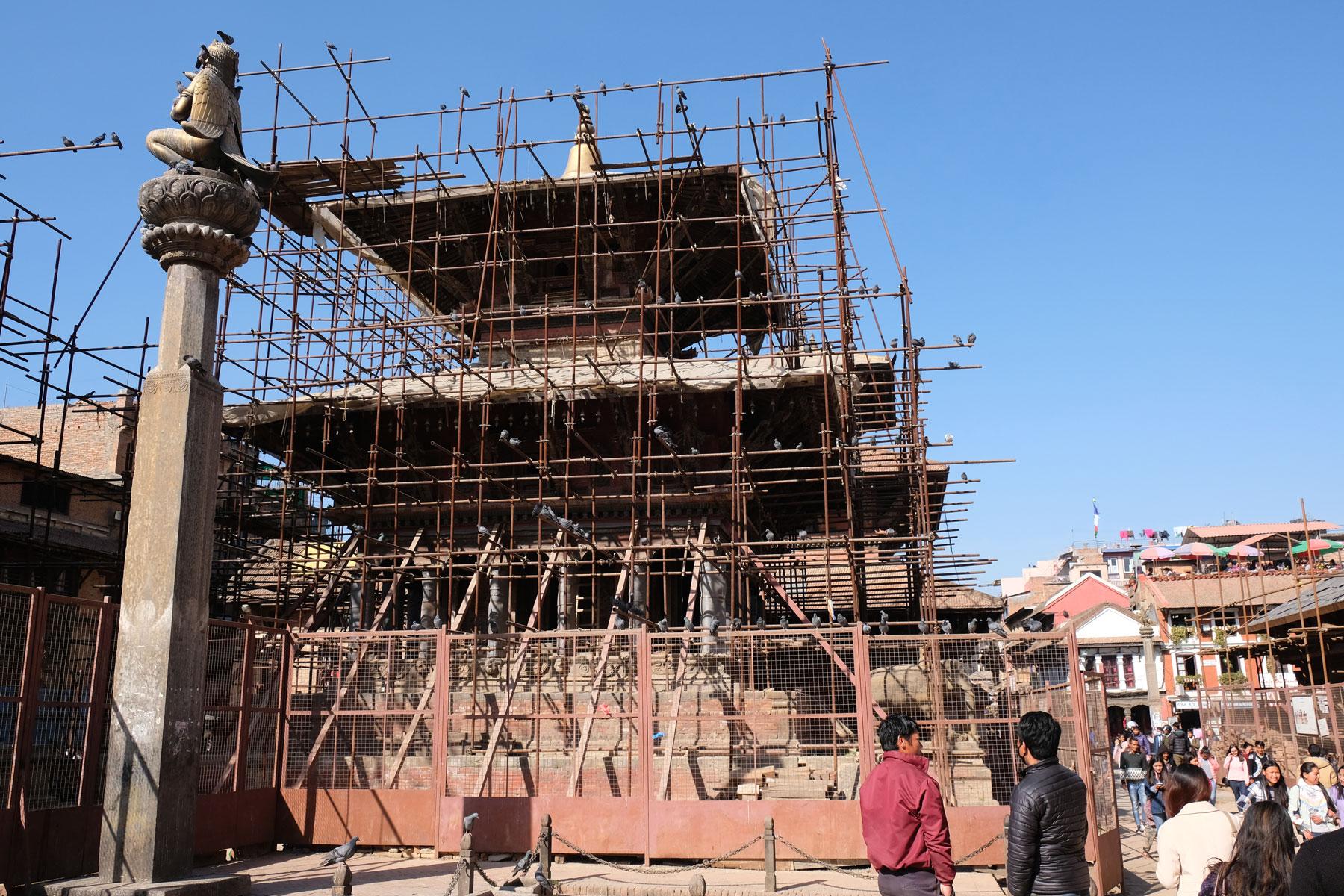 Ein eingerüsteter Tempel am Durbar Square in Kathmandu.