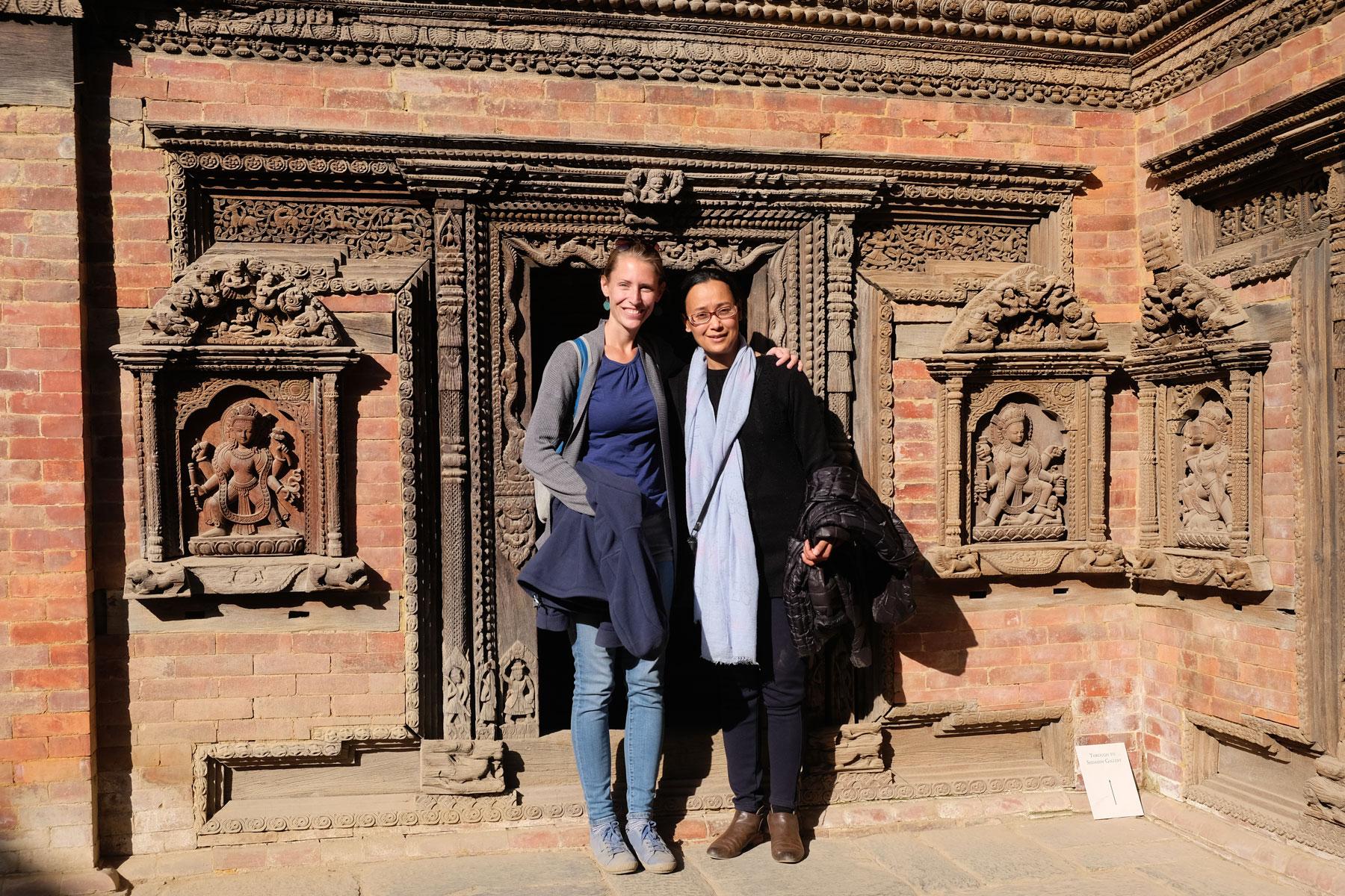 Leo mit einer Nepalesin vor einem Tempel am Durbar Square in Kathmandu.