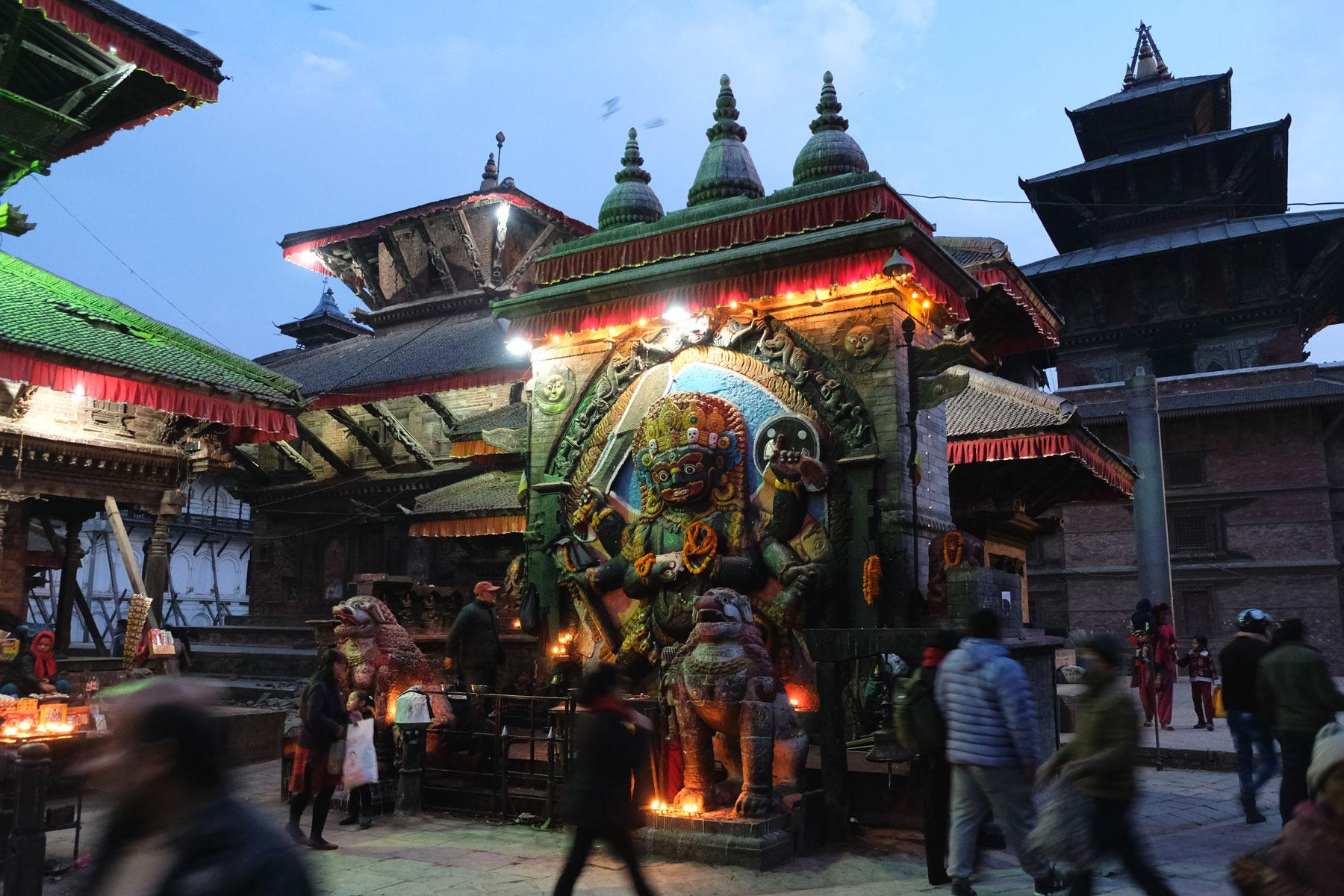 Darstellung eines Gottes an einem Tempel am Durbar Square in Katmandu.