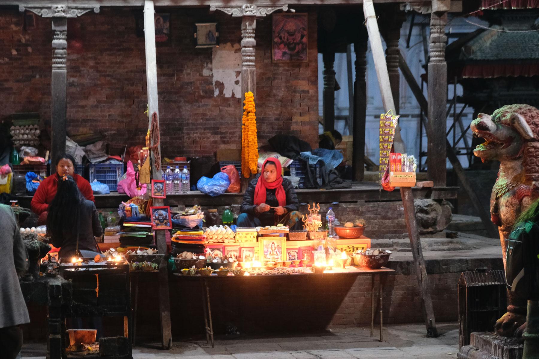 Ein Straßenstand für religiöse Gegenstände und Kerzen auf dem Durbar Square in Kathmandu.