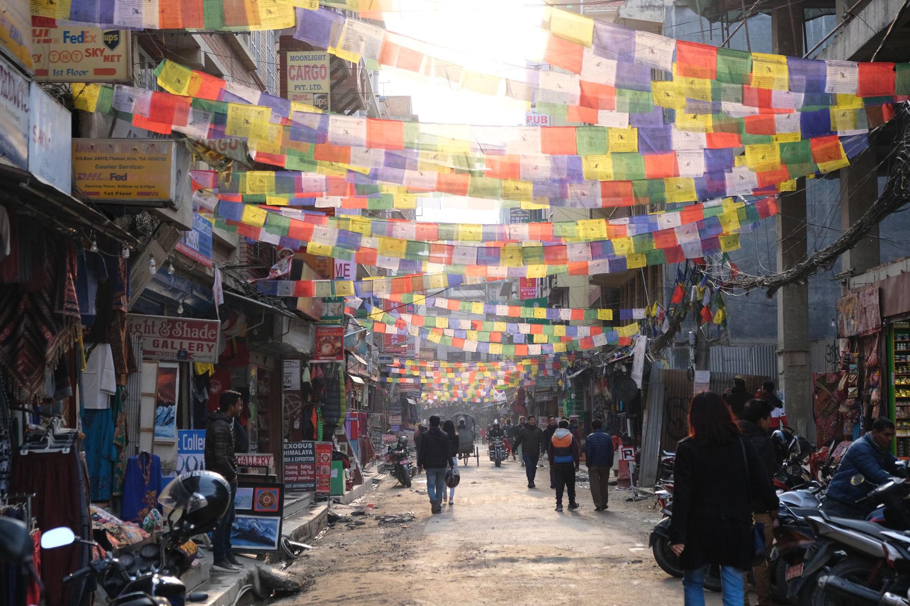 Gebetsfahnen über einer Straße in Kathmandu.