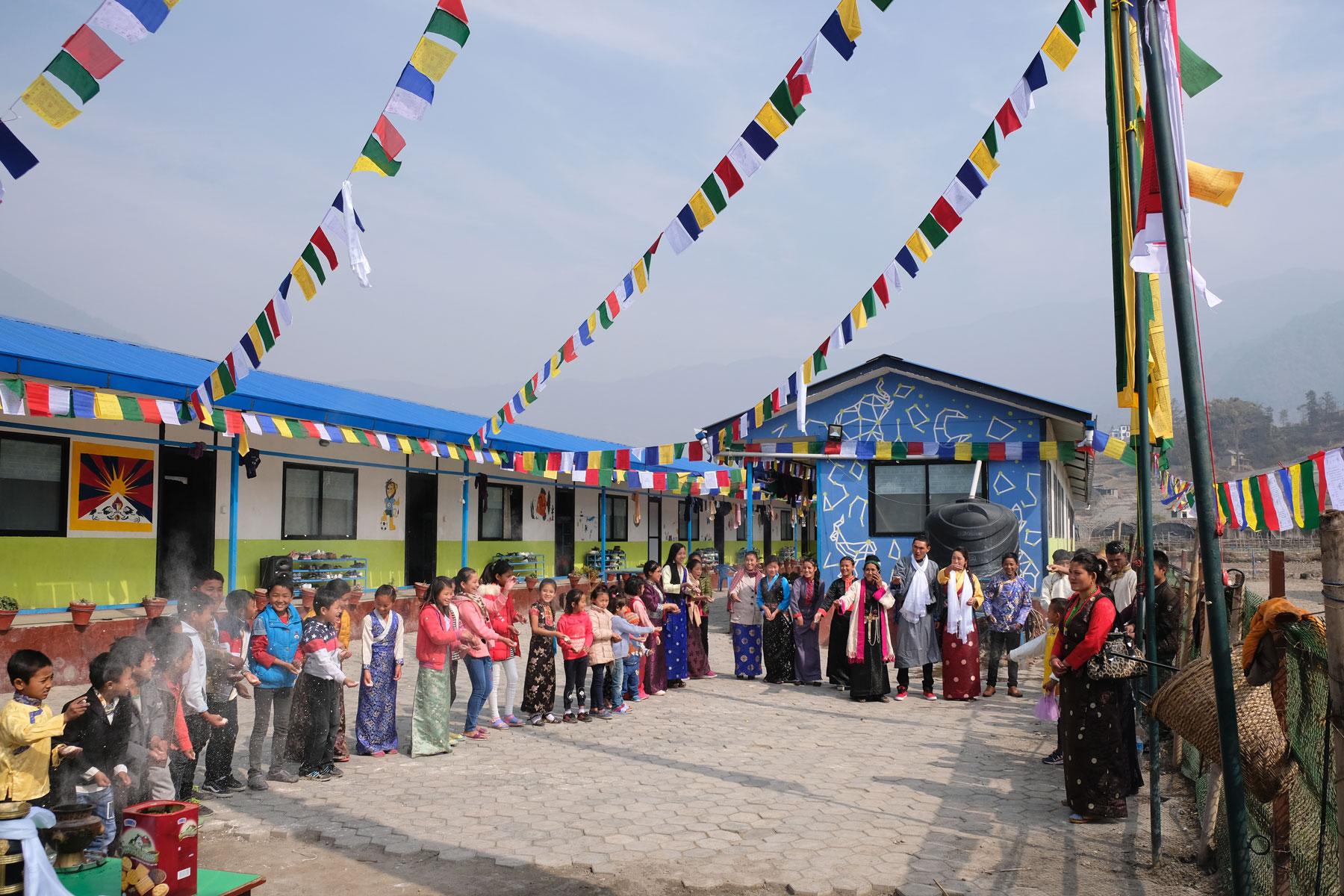 Kinder feiern in einem nepalesischen Waisenhaus das tibetische Losar-Fest.