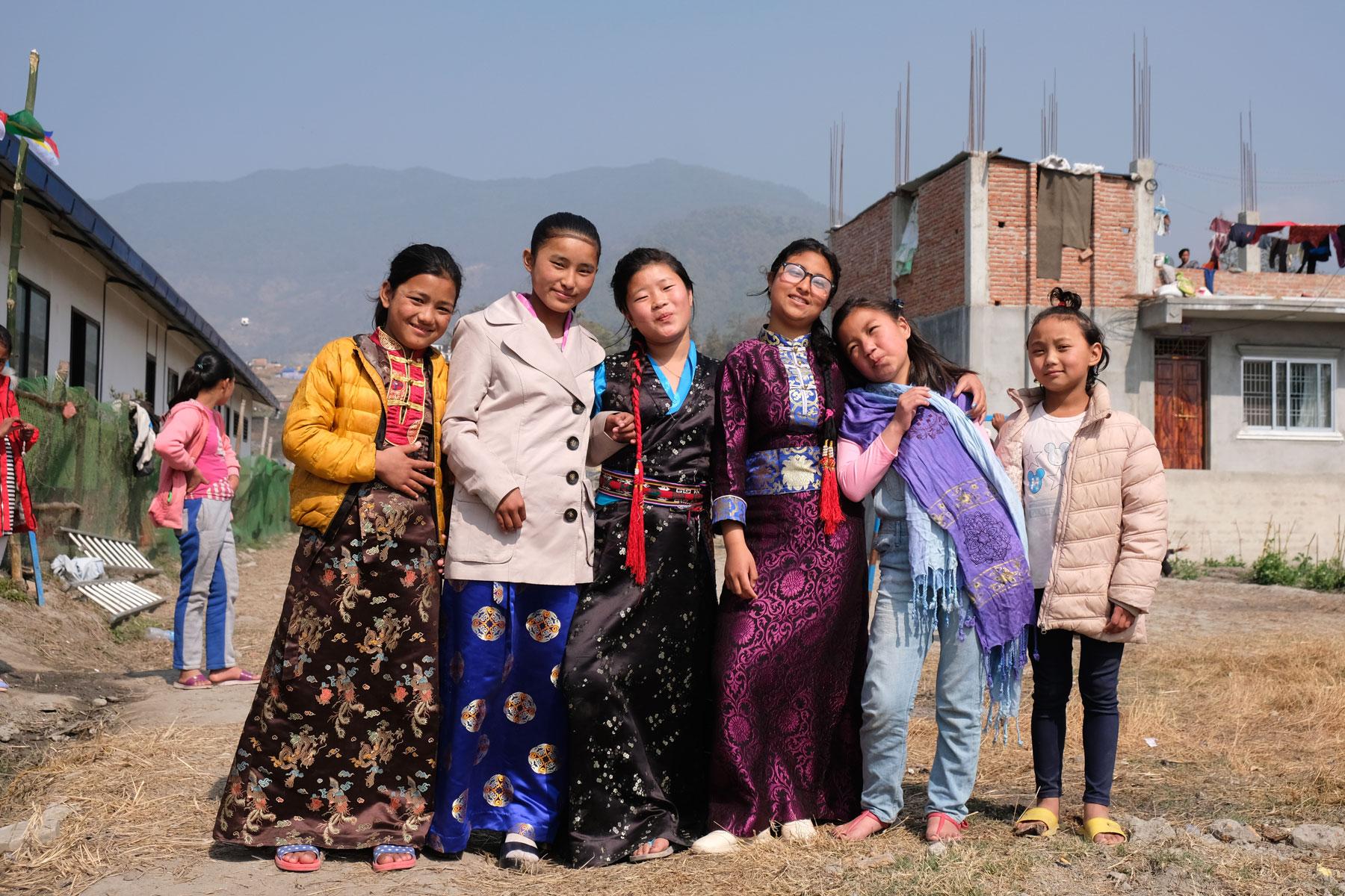 Nepalesische Mädchen in bunten Kleidern.