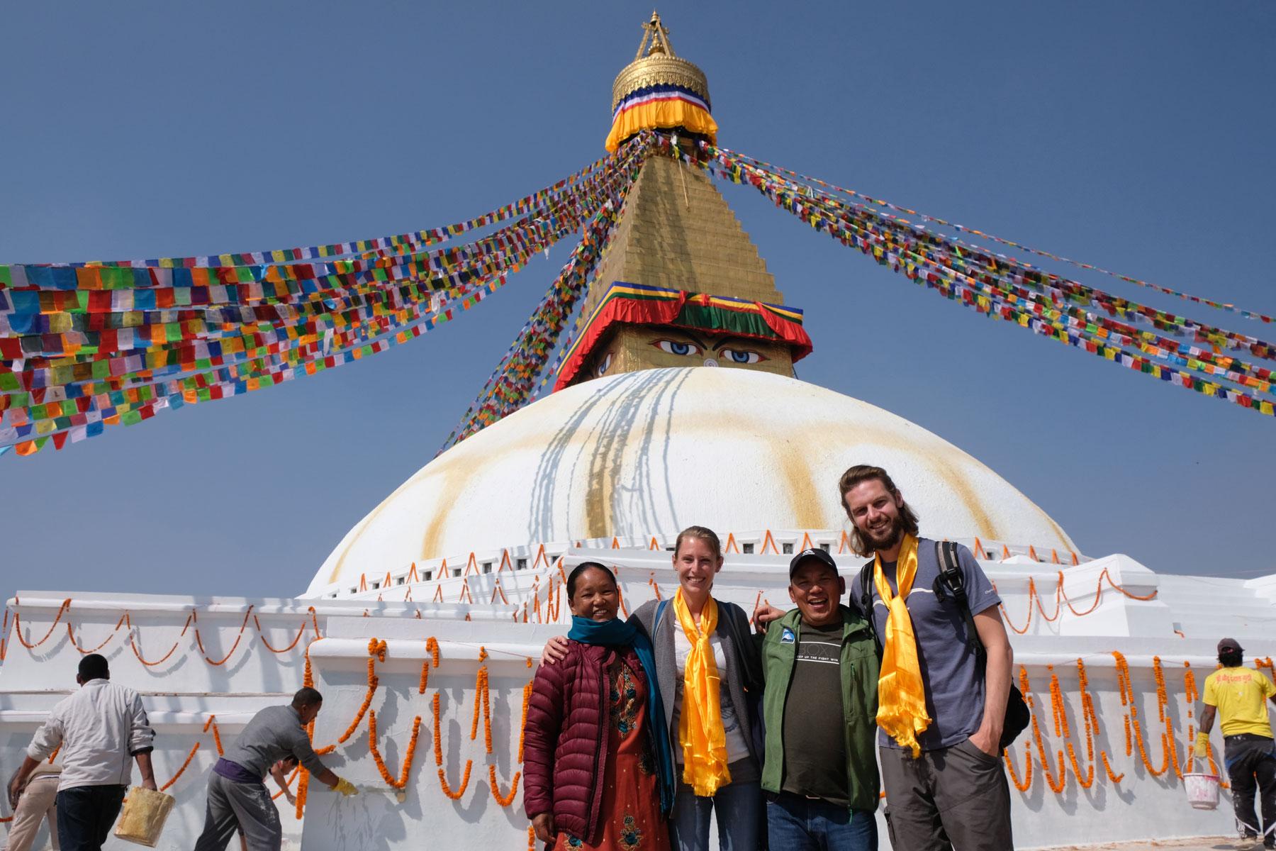 Leo uns Sebastian mit zwei Nepalesen vor der buddhistischen Stupa Boudnath in Kathmandu.