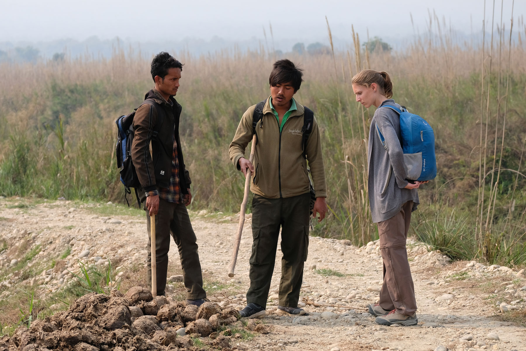 Leo mit zwei Guides im Chitwan Nationalpark in Nepal.