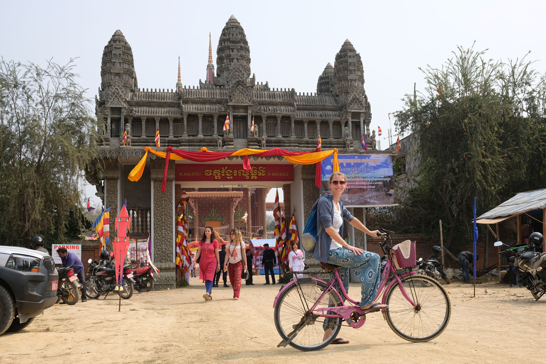 Leo auf einem Fahrrad vor dem kambodschanischen Tempel in Lumbini.