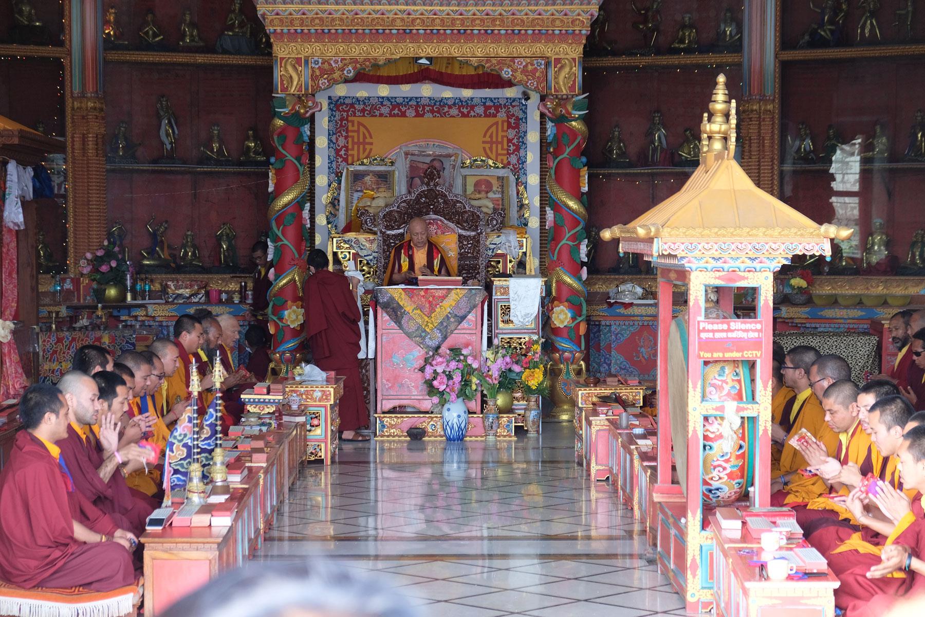 Buddhistische Mönche beten in einem Tempel in Lumbini.