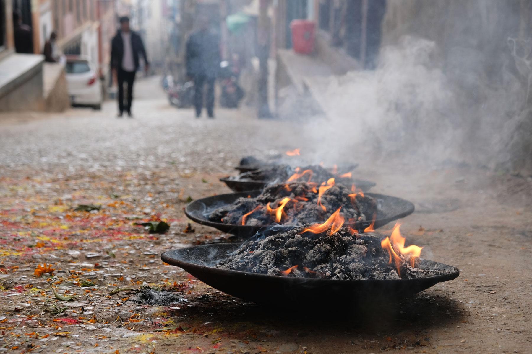 Schalen mit brennender Kohle.
