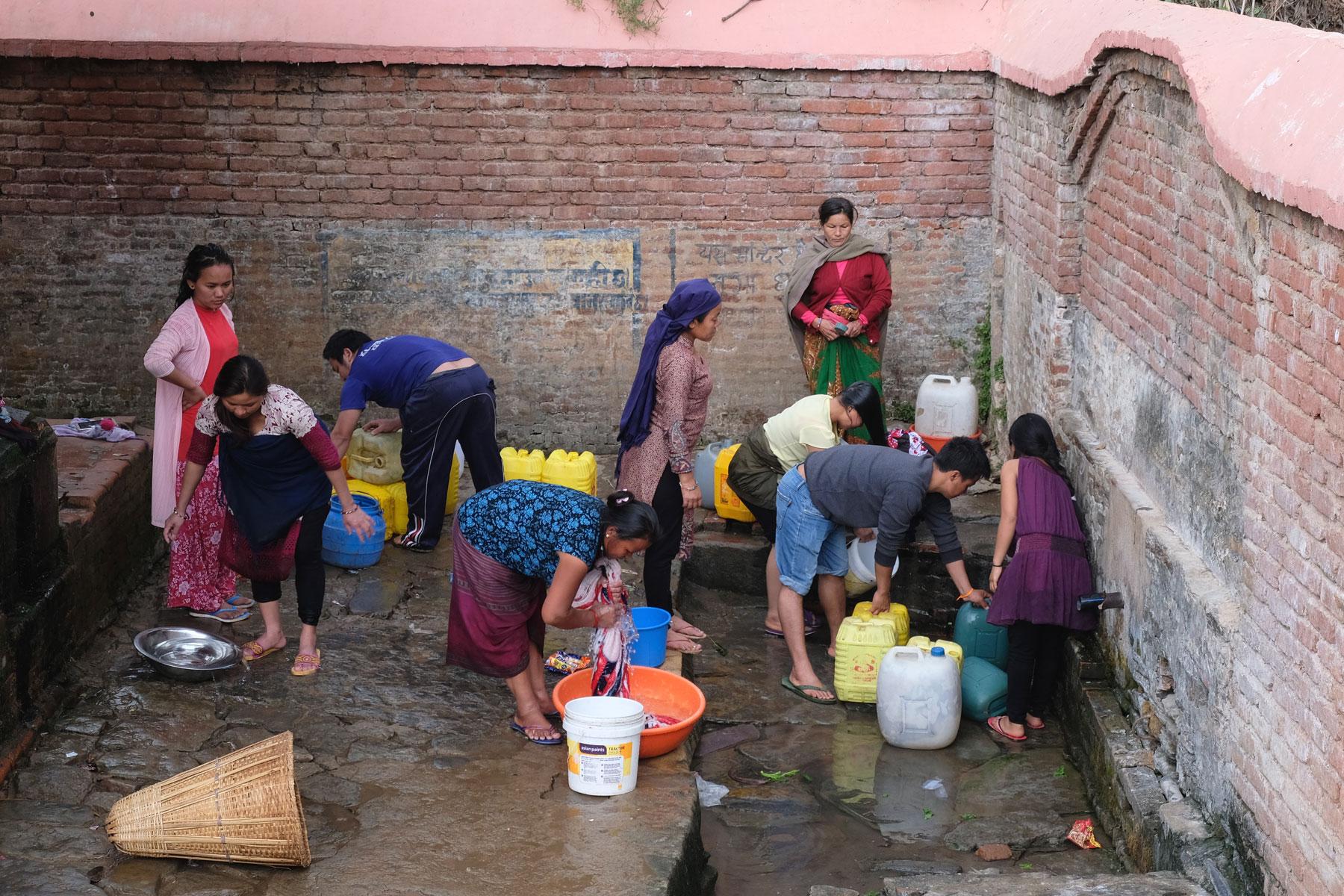 Nepalesische Frauen waschen in Tansen Wäsche von Hand.