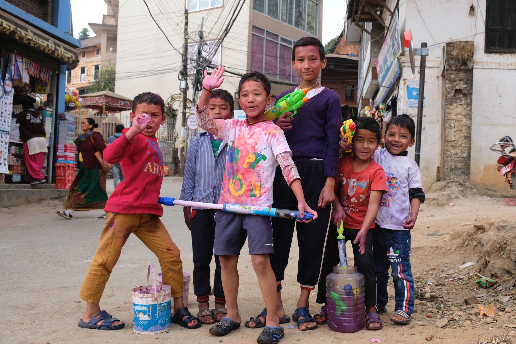 Nepalesische Kinder in Tansen mit Wasserpistolen.