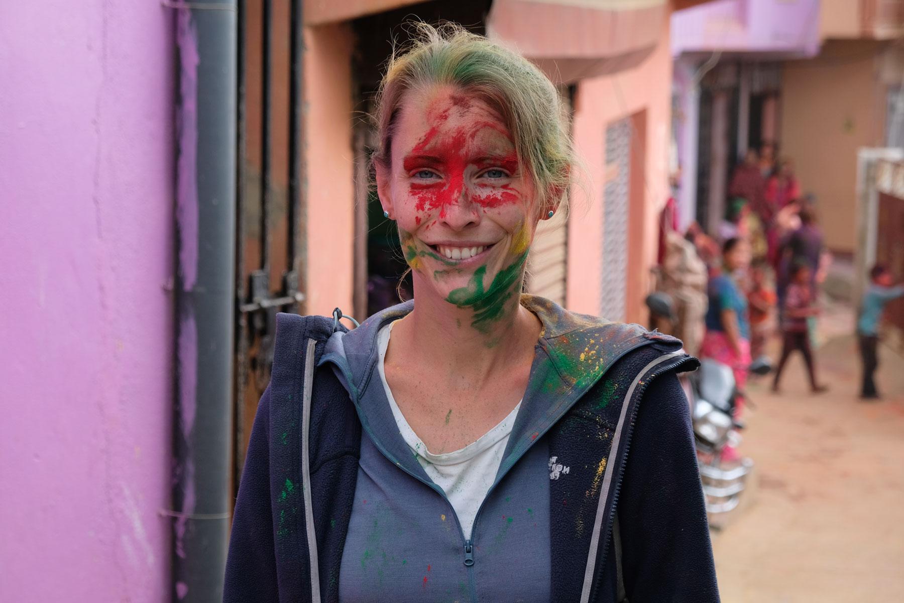 Leo mit Farbe im Gesicht beim Holi-Festival in Tansen.